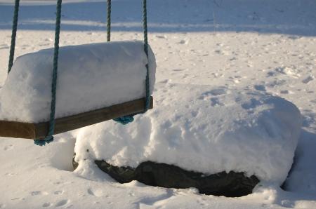 Runsaslumisina talvina ei edullisesta lämpöeristyksestä ole pulaa. Muista kuitenkin lapioida lunta myös sinne, mihin luonto ei sitä kerrytä - kuten tässä istutuslaatikon sivuille. Pakkanen siirtyy eristeettömästä kohdasta esteettä kasvualustaan.
